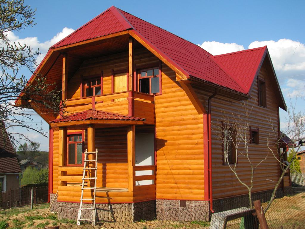 Проект деревянного дома из бруса с террасой и балконом.